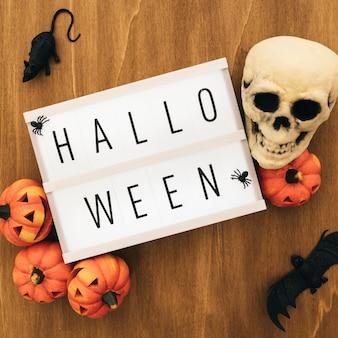 Halloween dekoration mit schild und schädel