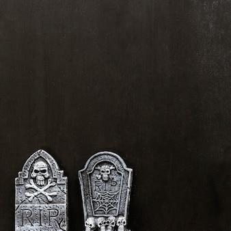Halloween-dekoration mit zwei grabsteinen