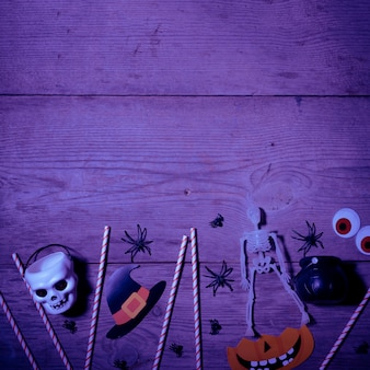 Halloween-dekoration über altem hölzernem hintergrund
