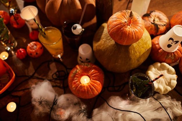 Halloween dekoration und kürbisse