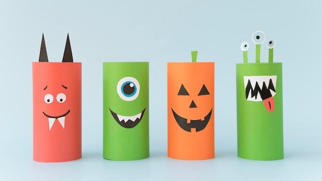 Halloween-dekorationen auf dem schreibtisch