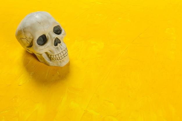 Halloween-dekorationen auf dem tisch