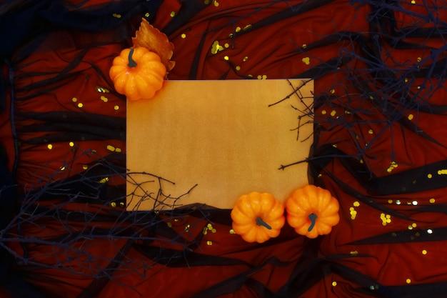 Halloween-dekorationen auf dunklem tüll.