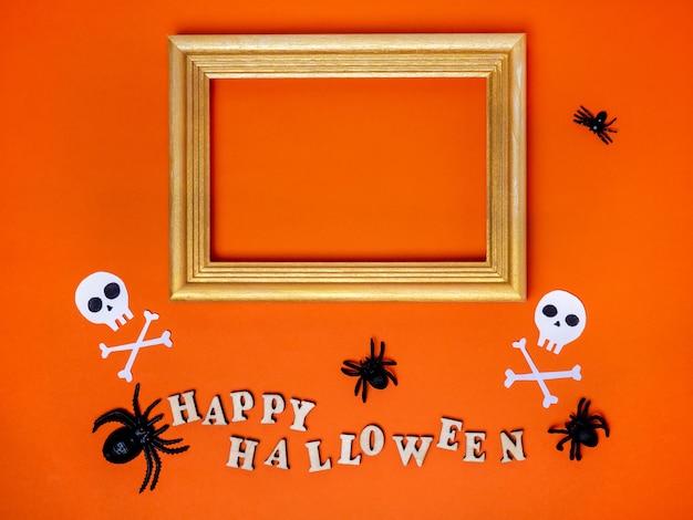 Halloween-dekorationen auf einem orangefarbenen hintergrund schmuckstücke die aufschrift happy halloween copy space