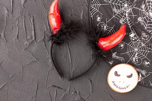 Halloween-dekorationen auf schwarzem hintergrund.