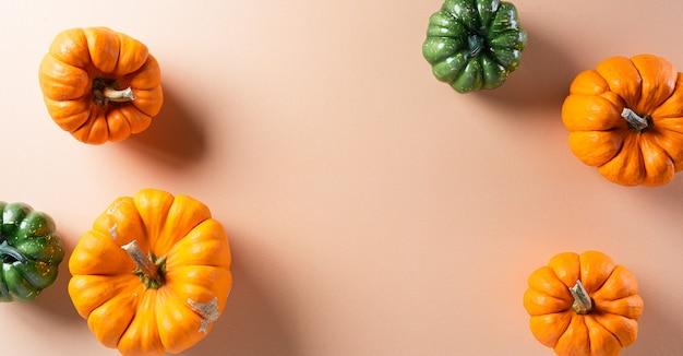 Halloween-dekorationen aus kürbis mit kopierraum für text, flach liegen