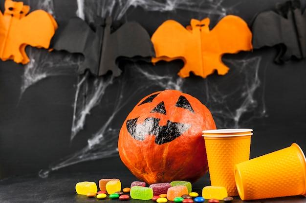 Halloween-dekorationen und bunte süßigkeiten
