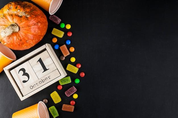Halloween-dekorationen und süßigkeiten mit hölzernen kalenderbox