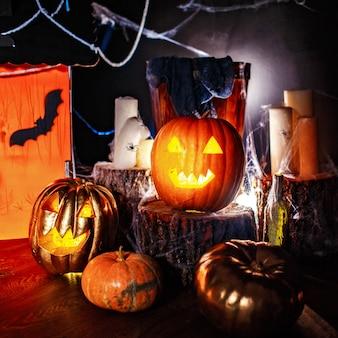 Halloween-dekorinnenraum in der dunkelheit