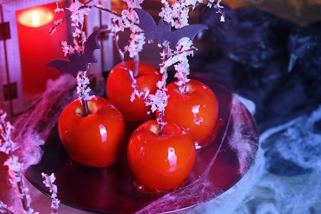Halloween-dessert. vergiftetes blut karamellisierter glasierter zuckerapfel. schneewittchen-gift-lutscher.