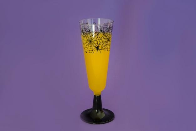 Halloween-drink auf lila