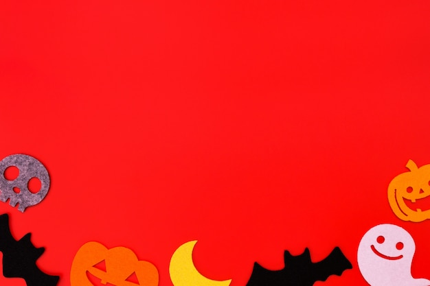 Halloween-feiertagsdekorationen auf rot