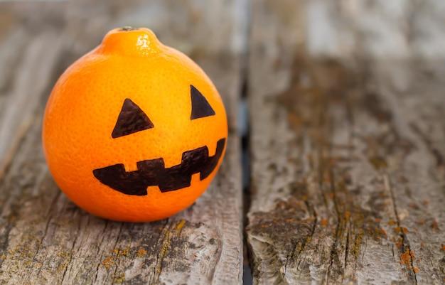 Halloween-feiertagsdekorkonzept. gemaltes gruseliges gesicht auf einer orange