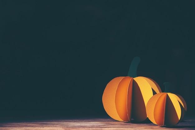 Halloween-feiertagshintergrund mit papierhandwerk