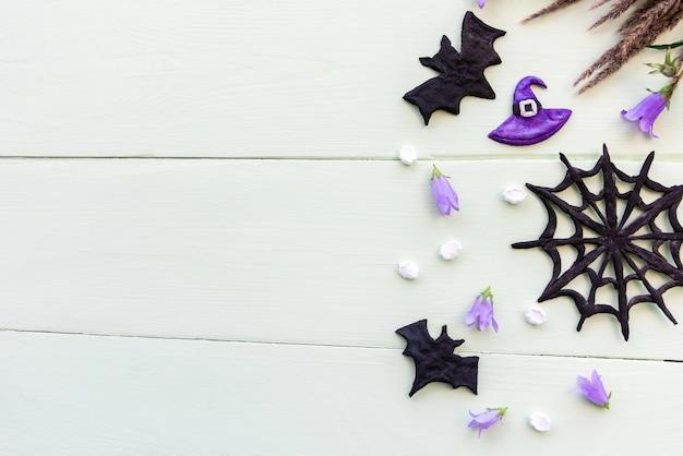 Halloween-figuren liegen flach auf einem holztisch