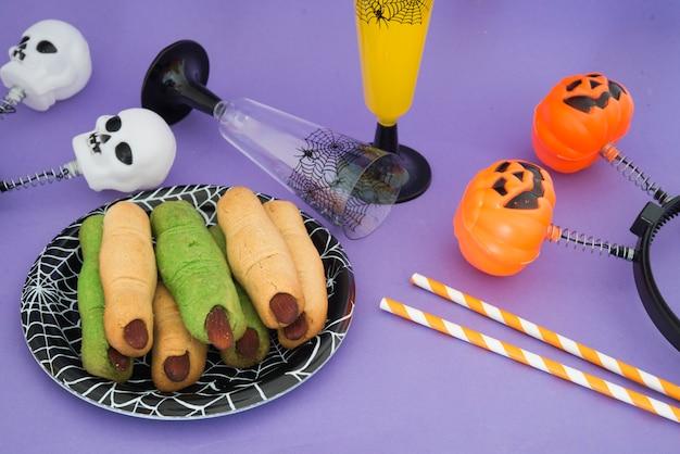 Halloween-fingerplätzchen im teller