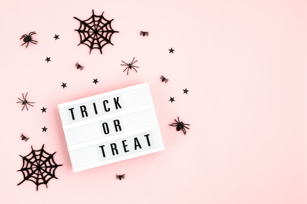 Halloween flache leuchtkasten mit trick or treat text und dekoration