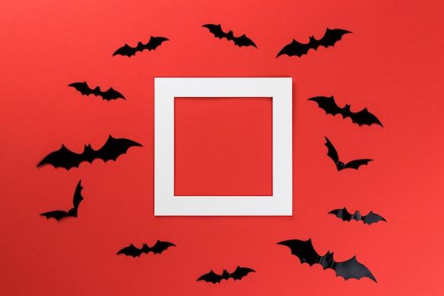 Halloween fledermäuse auf einem roten hintergrund
