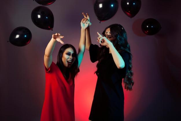 Halloween-freunde mit einer party mit luftballons
