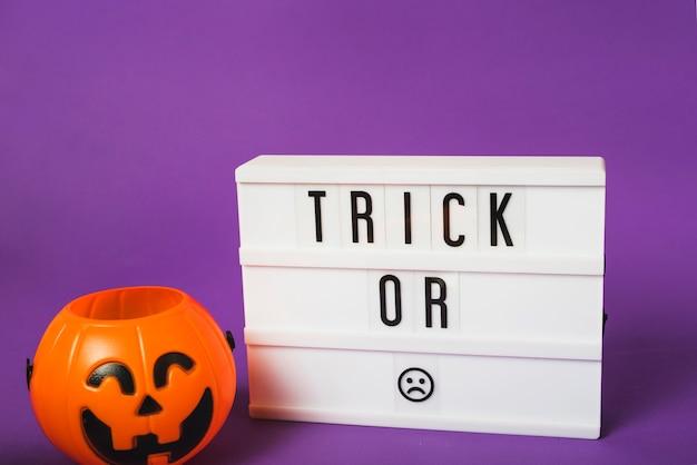 Halloween gefälschte kürbis und plastikbrett