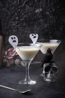 Halloween-getränk flüssiger geist. kokosnusscocktail