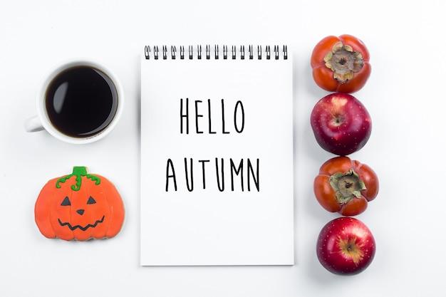 Halloween-herbst-fall-konzept. äpfel und kaki, lebkuchen-kürbisplätzchen