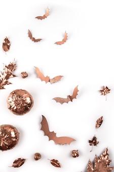 Halloween herbst. gemalte goldene ahornblätter und fliegende fledermäuse auf weiß