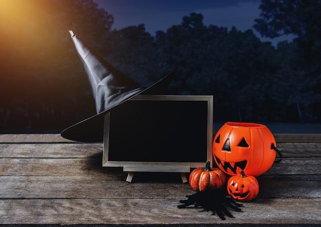 Halloween-hintergrund. gespenstischer kürbis, hexenhut, spinne, tafel auf bretterboden