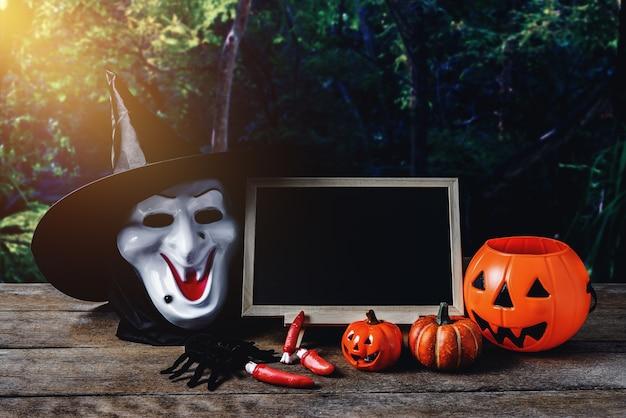 Halloween-hintergrund. gespenstischer kürbis, hexenmaske, tafel auf bretterboden