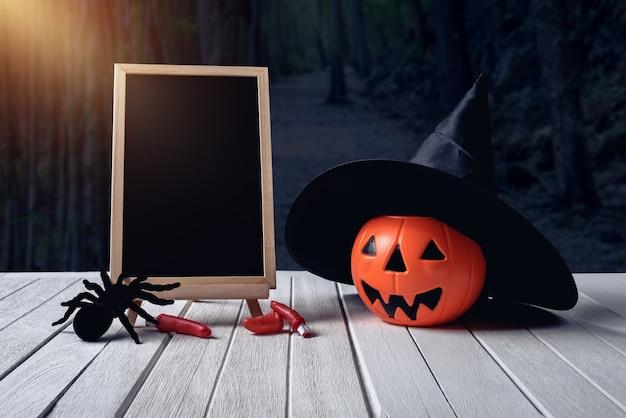 Halloween-hintergrund. gespenstischer kürbis, tafel auf bretterboden, dunkler wald. halloween d