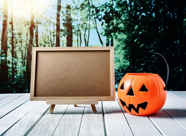 Halloween-hintergrund. gespenstischer kürbis, tafel auf bretterboden und dunkler wald