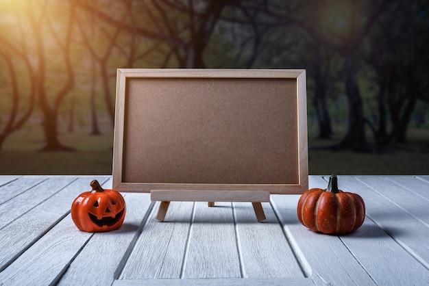 Halloween-hintergrund. gespenstischer kürbis, tafel auf bretterboden und dunkler wald.