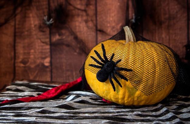 Halloween-hintergrund mit großem kürbis und spinne