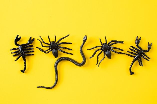 Halloween-hintergrund mit spinnen und schlangen flach gelegt draufsicht kopienraum
