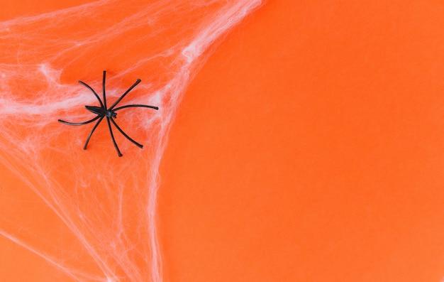 Halloween-hintergrund mit spinnennetz und schwarzer spinne an den orange dekorationsfeiertagen festlich für partei