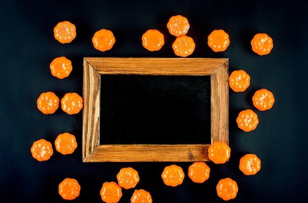 Halloween-hintergrund mit süßigkeiten und rahmen