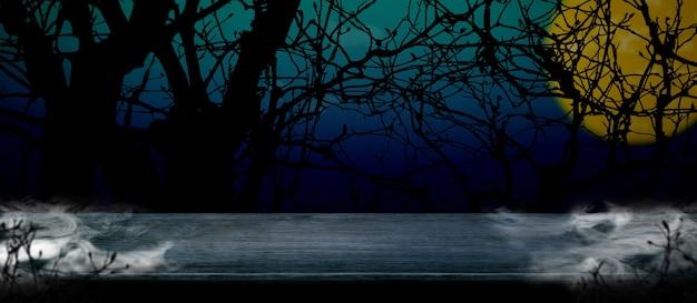Halloween hintergrund. rauch auf holztisch am gruseligen toten baum und vollmond in der blauen gradientennacht