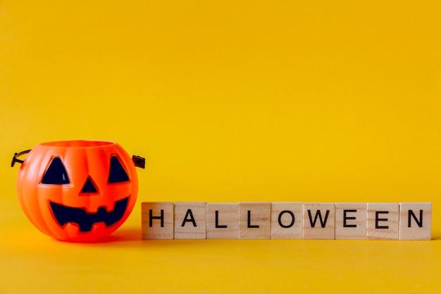 Halloween jack o lantern eimer mit auf gelbem hintergrund