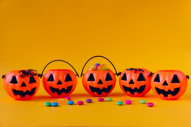 Halloween jack o lantern eimer mit süßigkeiten gefüllt