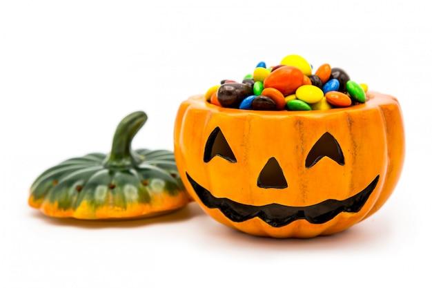 Halloween jack o laterneneimer überfüllt mit bunter schokolade