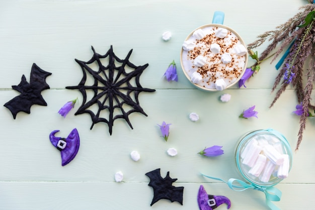 Halloween-kaffeegetränk und marshmallows.