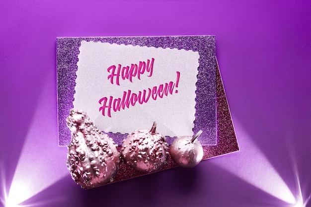 Halloween-karte auf einem lila hintergrund