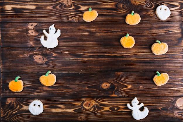 Halloween-kekse auf dem tisch