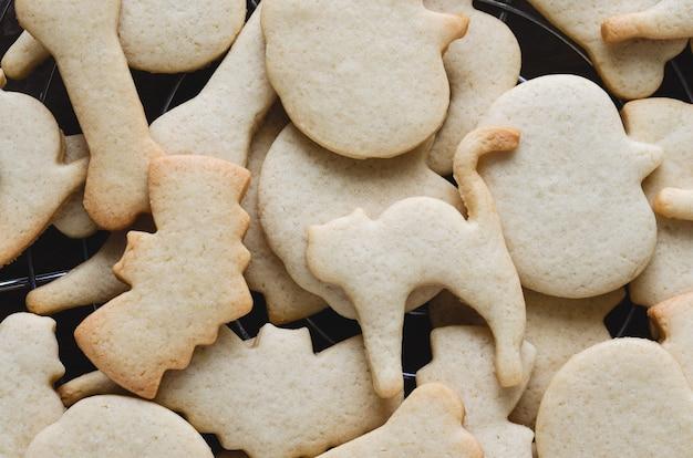 Halloween-kekse in verschiedenen formen im ofen gebacken. platz kopieren. gebäck-konzept.