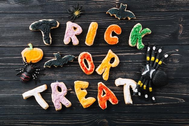Halloween-kekse und dekorationen