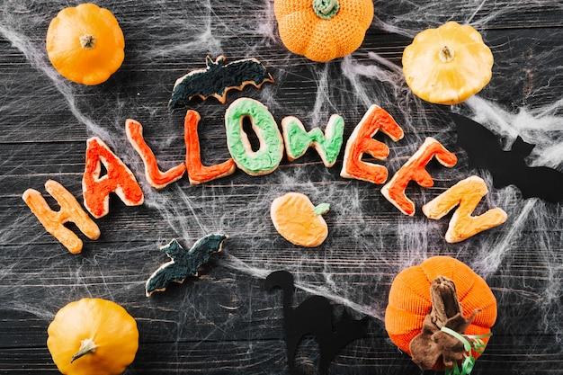 Halloween-kekse und kürbisse