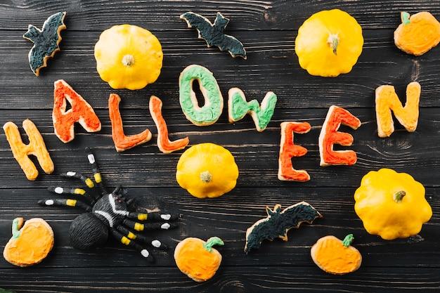 Halloween-kekse und verschiedene dekorationen