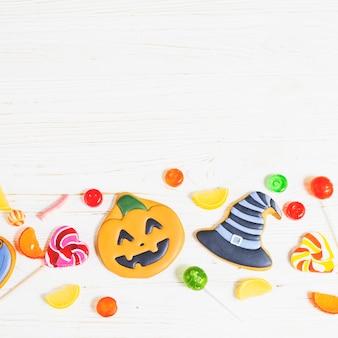 Halloween-kekse zwischen süßigkeiten