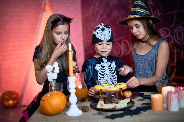 Halloween kinderparty mit süßigkeiten