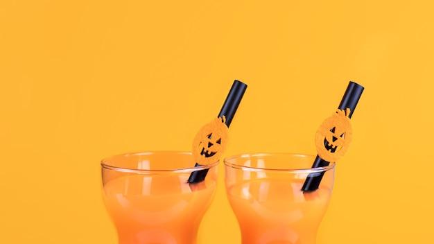 Halloween kohlensäurehaltiges orangengetränk in glas, verziert mit kürbislaterne